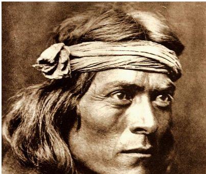 Ein Portrait von Stalking Wolf um 1920